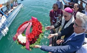 12 05 2015 Salerno Deposizione corona di fiori della tifoseria salernitana alle centinaia di migranti morti in mare.